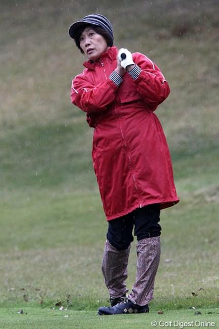 2011年 伊藤園レディスゴルフトーナメント 初日 塩谷育代  今日の寒さにはこのファッションが1番