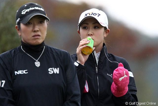 2011年 伊藤園レディスゴルフトーナメント 初日 古閑美保  寒いときにはホットでおいしい、お~いお茶