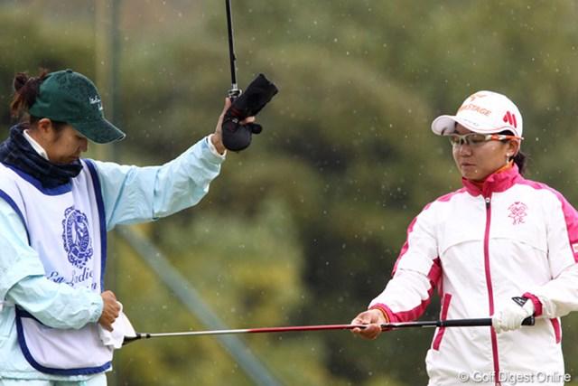 2011年 伊藤園レディスゴルフトーナメント 初日 上原彩子  お手入れも大変ですよ雨の日は・・・