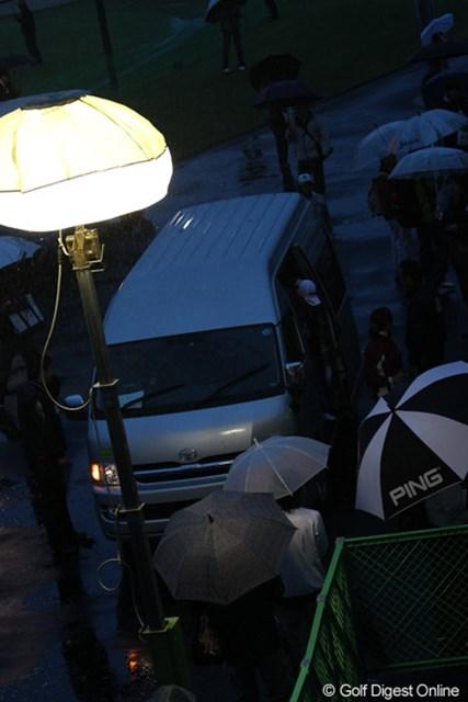 2011年 伊藤園レディスゴルフトーナメント 初日 日没  日没サスペンデットで送迎車で戻る選手達、おつかれさま~