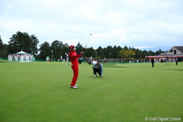 2011年 三井住友VISA太平洋マスターズ 3日目 谷口拓也 赤とうがらしがパット練習してた。
