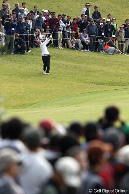 2011年 伊藤園レディスゴルフトーナメント 2日目 上田桃子 9番ボールが右に飛ぶも・・・ラッキー!