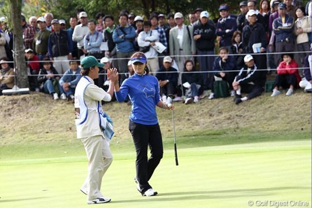 2011年 伊藤園レディスゴルフトーナメント 2日目 藤田幸希 今週のキャディは岡田伊津美プロ。ナイスパーでハイタッチ
