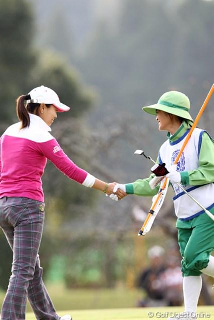 2011年 伊藤園レディスゴルフトーナメント 2日目 服部真夕 18番で8mを入れてバーディ。キャディさんとガッチリ握手