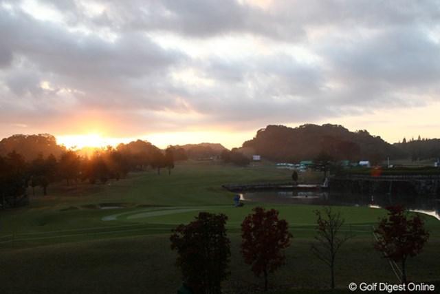 2011年 伊藤園レディスゴルフトーナメント 最終日 18番ホール 陽も上り決戦の舞台も整いスタートを待つばかり・・・