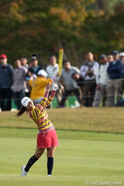 2011年 伊藤園レディスゴルフトーナメント 最終日 横峯さくら 18番セカンド、クラブ選択ミスで池ポチャ