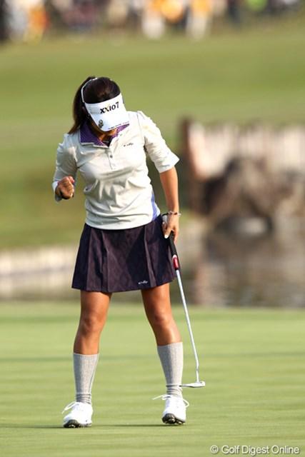 2011年 伊藤園レディスゴルフトーナメント 最終日 藤本麻子 最終18番、優勝を決めるガッツポーズ!最終組を待つ