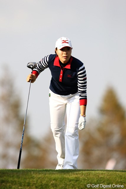 2011年 伊藤園レディスゴルフトーナメント 最終日 服部真夕 前の組の様子も気になる?