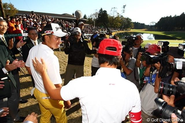 2011年 三井住友VISA太平洋マスターズ 松山英樹 石川遼 表彰式に出席した松山英樹と石川遼。石川は背中を押している?