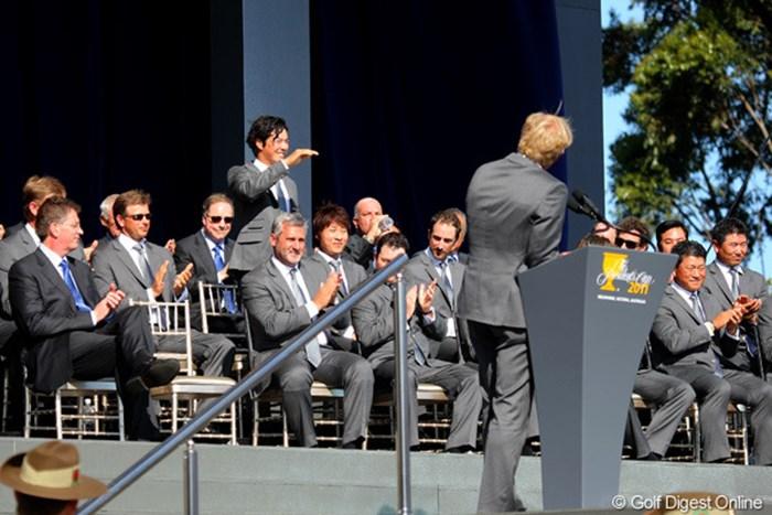 グレッグ・ノーマンに紹介され照れ笑いを浮かべる石川遼 2011年  ザ・プレジデンツカップ 事前  石川遼