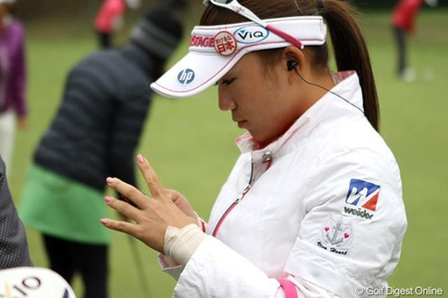 2011年 大王製紙エリエールレディスオープン 事前 有村智恵 プロアマの表彰式後、パター練習に入る有村智恵。手首に巻いたテーピングが痛々しい