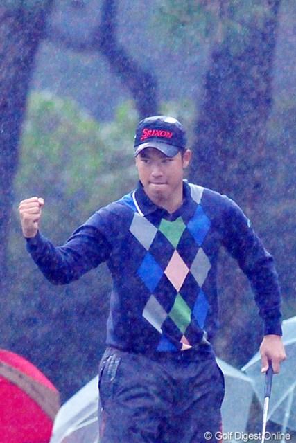 大雨の中、後半2連続目のバーディを決めて渾身のガッツポーズ!いつもこんな風にプレーしてくれたら、カメラマンは大助かりなんやけど・・・。このあと2つボギーを叩いたのはご愛嬌ということで・・・。