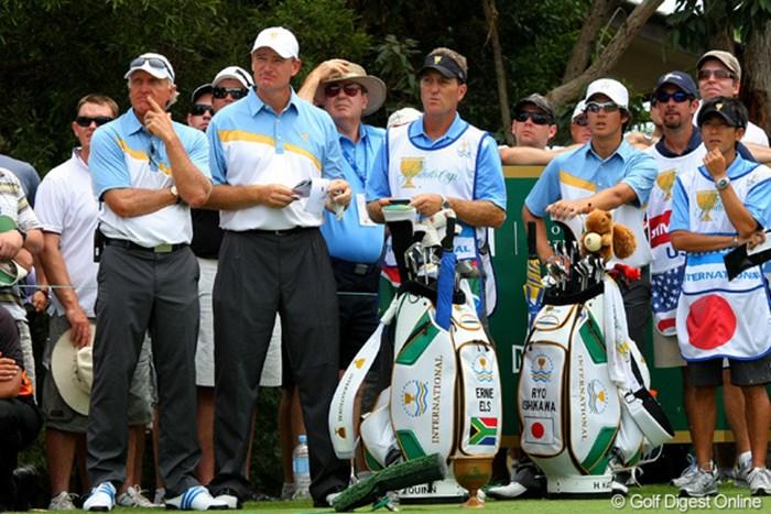 キャプテンのグレッグ・ノーマン(左)は、3日目も石川遼とアーニー・エルスにペアを組ませる 2011年 ザ・プレジデンツカップ 2日目 グレッグ・ノーマン、石川遼、アーニー・エルス