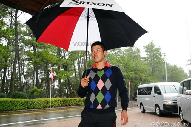2011年 ダンロップフェニックストーナメント 3日目 松山英樹 中止が決定後コメント対応のためクラブハウスに戻った松山英樹