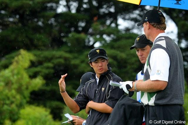 この日も頻繁に意見をし合う姿が見受けられた石川遼とアーニー・エルス