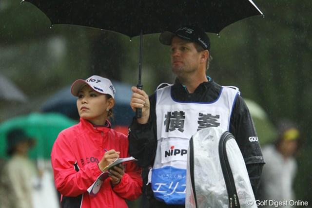 2011年 大王製紙エリエールレディスオープン 2日目 横峯さくら 雨で昨日までと2番手は違ったという横峯。距離の計算も綿密に。