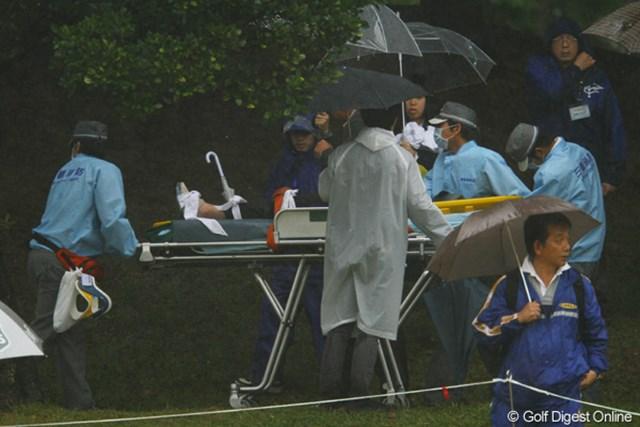 雨で濡れた斜面を滑り落ち、ギャラリーの方がストレッチャーで救急車に運ばれます。みなさん本当にお気を付け下さい。