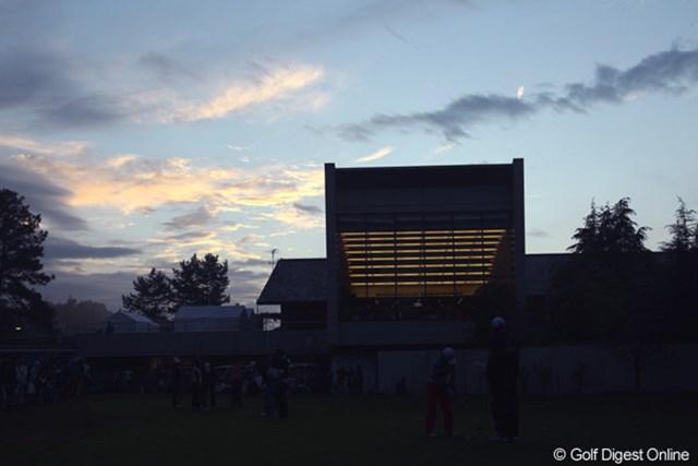日が暮れてもパッティング練習をする選手達。遠くの空には少し太陽が顔を出しているようです。明日は晴れますように・・・。