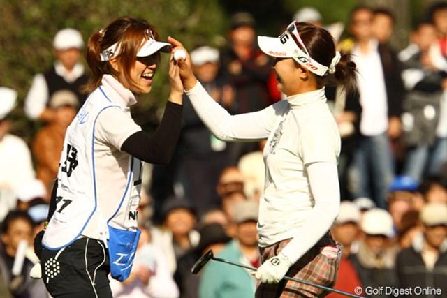 今日もキャディさん絡みの写真でスイマセン。シード権は取れませんでしたが、最終組でのゴルフを楽しんでいるようでした。