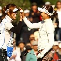 今日もキャディさん絡みの写真でスイマセン。シード権は取れませんでしたが、最終組でのゴルフを楽しんでいるようでした。 2011年 大王製紙エリエールレディスオープン 最終日 上野藍子