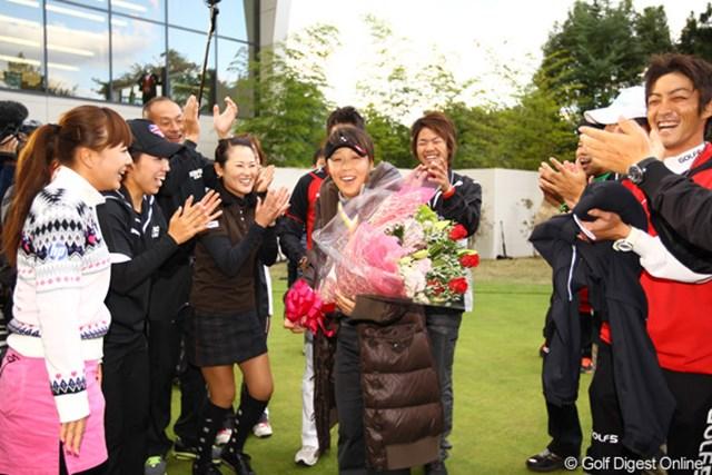 選手やキャディから花束を贈られて、思わず涙。
