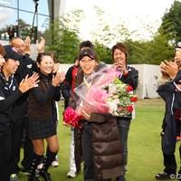 選手やキャディから花束を贈られて、思わず涙。 2011年 大王製紙エリエールレディスオープン 最終日 米山みどり