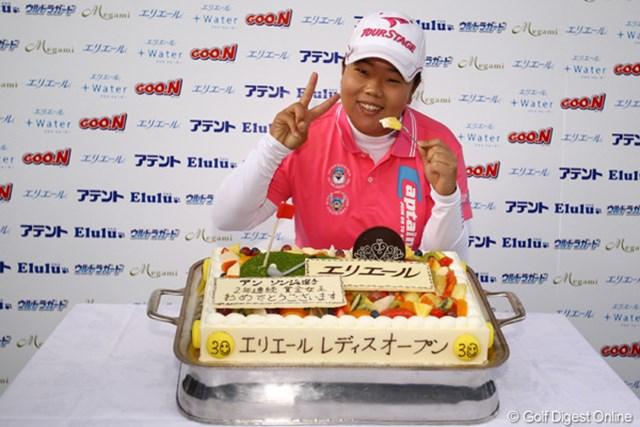 李知姫の優勝で、賞金女王争いは最終戦に持ち越しか・・・と思われましたが、条件の11位以内でフィニッシュし、キッチリ2年連続賞金女王を決めました!おめでとう!