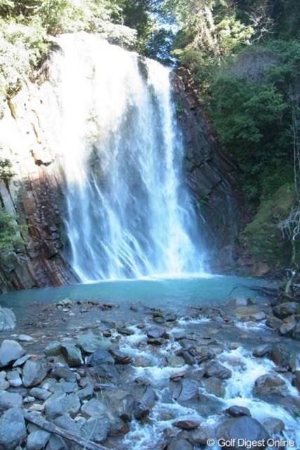2011年 LPGAツアーチャンピオンシップリコーカップ事前情報 丸尾滝 温泉水を含んで落ちる、めずらしい湯の滝。滝つぼのエメラルド色もきれい(撮影:リコー CX5)