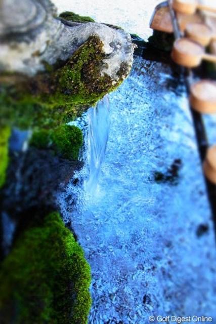 2011年 LPGAツアーチャンピオンシップリコーカップ事前情報 霧島神宮 滝ではありません。手口を清める手水舎を上から撮影(撮影:リコー CX5)