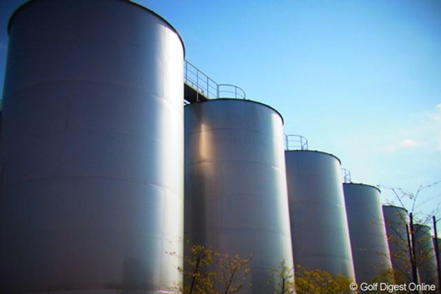2011年 LPGAツアーチャンピオンシップリコーカップ 事前  霧島酒造 高さ20mほどの貯蔵タンクが並ぶ霧島酒造志比田工場内(撮影:リコー CX5)