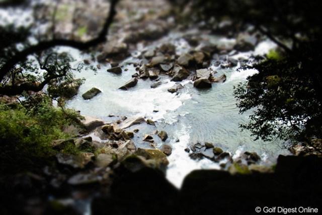 2011年 LPGAツアーチャンピオンシップリコーカップ 事前 庄内川の流れ 関之尾の滝へと続く川の流れを上からミニチュアモードで(撮影:リコー CX5)