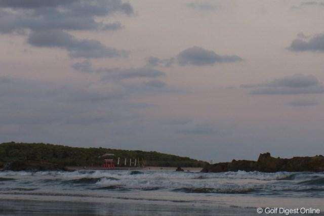 2011年 LPGAツアーチャンピオンシップリコーカップ 事前 青島神社 波の先に悠然と鳥居を構える青島神社(撮影:リコー CX5)