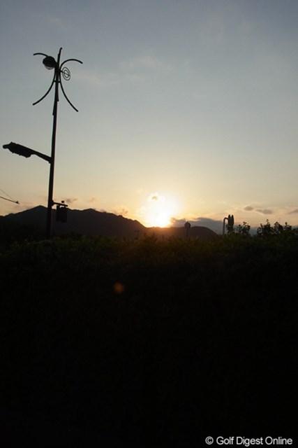 2011年 LPGAツアーチャンピオンシップリコーカップ 事前 夕陽 晩秋を迎えても南国の太陽のチカラは強い。元気がもらえそう(撮影:リコー CX5)