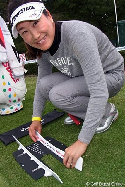 2011年 LPGAツアーチャンピオンシップリコーカップ事前情報 イエ・リーイン テーラーメイドのパター練習器具を組み立てるイエ・リーイン。今年がリコーカップ初出場!