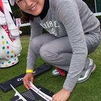 テーラーメイドのパター練習器具を組み立てるイエ・リーイン。今年がリコーカップ初出場! 2011年 LPGAツアーチャンピオンシップリコーカップ事前情報 イエ・リーイン