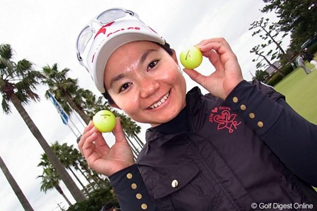 2011年 LPGAツアーチャンピオンシップリコーカップ事前情報 上原彩子 広告写真じゃありません。上原彩子と愛用のイエローボール