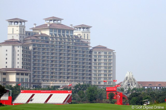 一大リゾート地のメインホテル前には大きなプールと開発前にあった火山のミニチュアが置かれている