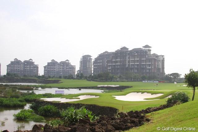 池を越えるか勝負の16番。コース奥にはホテルが5棟建築中だ