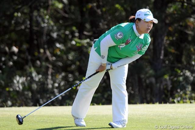 2011年  LPGAツアーチャンピオンシップリコーカップ 初日 アン・ソンジュ  2年連続の賞金女王確定で、まさに「最強の女」とまったアンソン。不安げにボールの行方を追います。こんなん珍しいなァ・・・。12位T