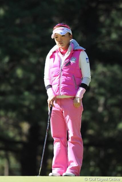 2011年  LPGAツアーチャンピオンシップリコーカップ 初日  有村智恵  日が差してるのに寒くて寒くて・・・。チエゾー先生もプレーしてない時は、しっかりダウンを着込んでおられました。12位T