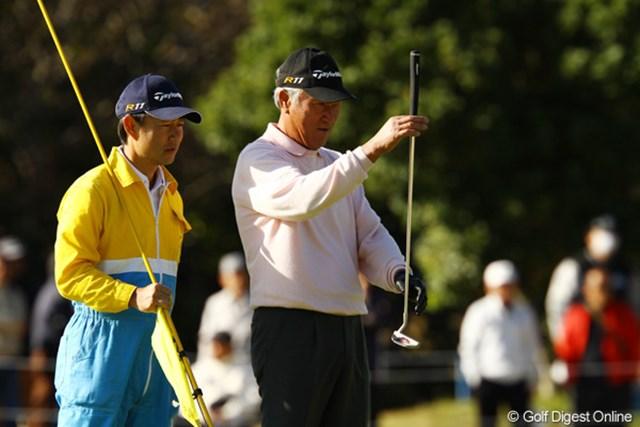 2011年 カシオワールドオープンゴルフトーナメント 初日 青木功 ラインを読む青木功。新たな勲章は加わるか