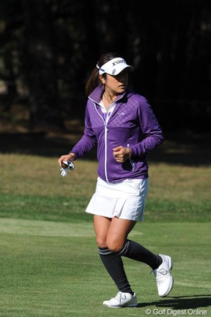 2011年  LPGAツアーチャンピオンシップリコーカップ 2日目  藤本麻子  まるでテニスウエアかと見紛うようなコスチュームで、「前の組との間が空いた」と指摘されて走り出しております。5位T