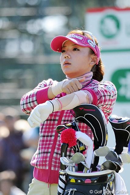 2011年  LPGAツアーチャンピオンシップリコーカップ 2日目 有村智恵  両手に巻かれたサポーターが痛々しいなァ・・・。女子プロは試合が多いからなァ、終盤ともなるとみんな満身創痍で闘ってるんやねエ・・・。13位T.
