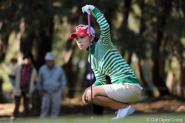 2011年  LPGAツアーチャンピオンシップリコーカップ 2日目 上田桃子  この写真、ライン読んでるんかなって思うでしょ?ちゃいまんねん。ボールの行方を追ってまんねん。ルイたんとは系統が違うけど、さすがはモモチっちゅうポーズでしょ?15位T