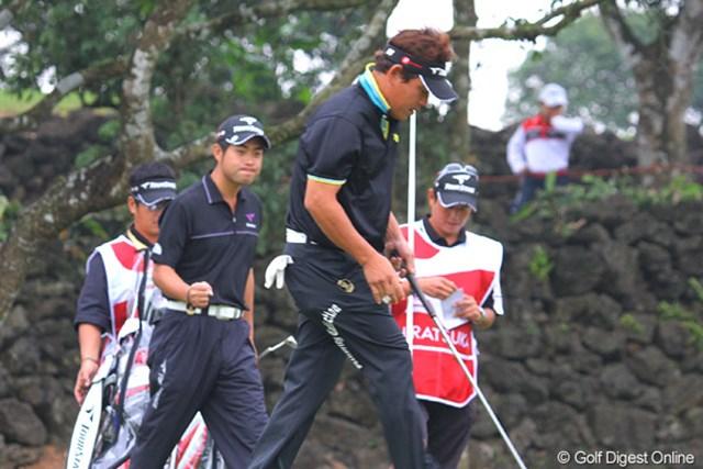 2011年 オメガミッションヒルズワールドカップ 2日目 平塚哲二&池田勇太 平塚がパーパットを決め、背後では池田が小さくガッツポーズ