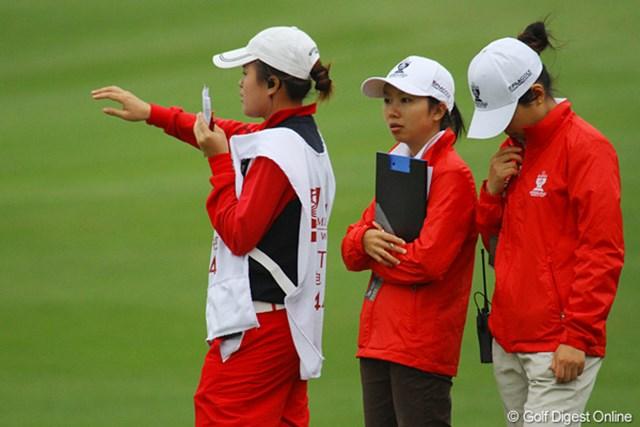 2011年 オメガミッションヒルズワールドカップ 2日目 マーカー マーカーの女の子たち。選手から競技委員の要請を受けると無線で連絡をとる