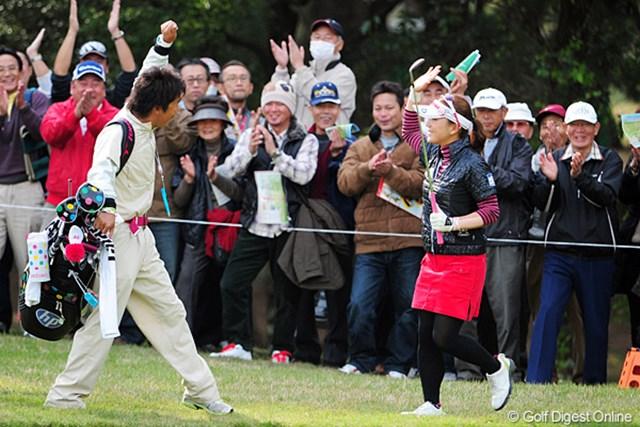 2011年 LPGAツアーチャンピオンシップリコーカップ 最終日 有村智恵 4番でチップインバーディ!首位に迫る勢いを見せていた有村智恵だったが、終盤に力尽きた