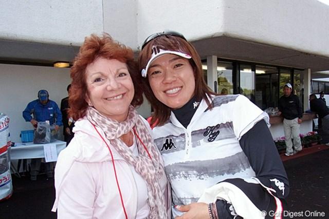 2011年 LPGAツアーチャンピオンシップリコーカップ 最終日 大山志保 オフのオーストラリア合宿で、ホストファミリーとしてお世話をしてくれる、シャーリー・ファーガソンさんが来日してま~す。(リコーCX-5で撮影)