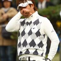 スタートホールでティショットを大きく右に曲げてこの表情。かなり緊張していたようです。しかしスコアを4つ伸ばし21位タイフィニッシュ。2年ぶりにシード権復活です。 2011年 カシオワールドオープンゴルフトーナメント 最終日 津曲泰弦