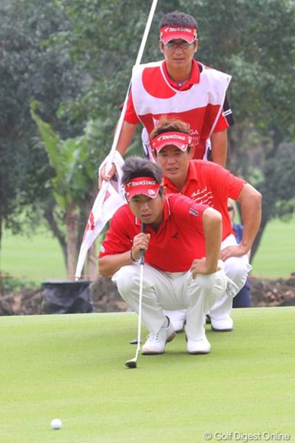 日本チームは2人、3人でラインを読みます